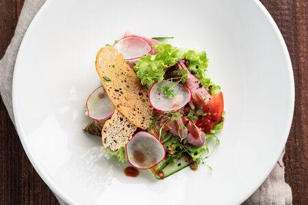 Салат с пастрами и свежими овощами