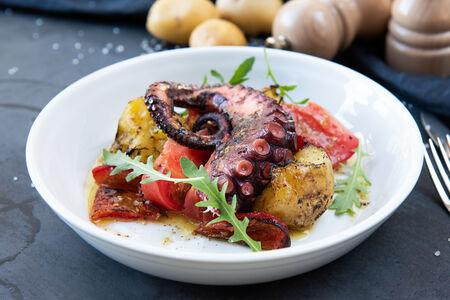 Осьминог с печеными овощами