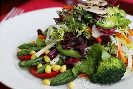 Салатъ зеленой съ овощами, спаржами и росточками цои