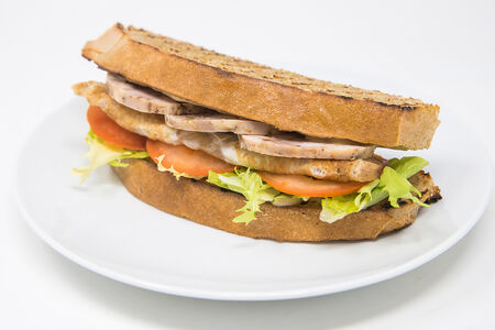 Сэндвич с омлетом и куриной ветчиной собственного приготовления