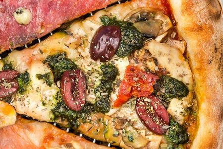 Пицца с куриной грудкой и соусом песто