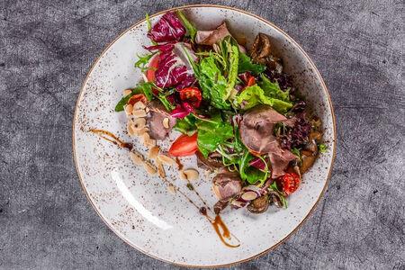 Салат с ростбифом и маринованными баклажанами
