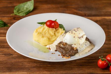 Сочный бифштекс с яйцом-пашот и картофельным пюре