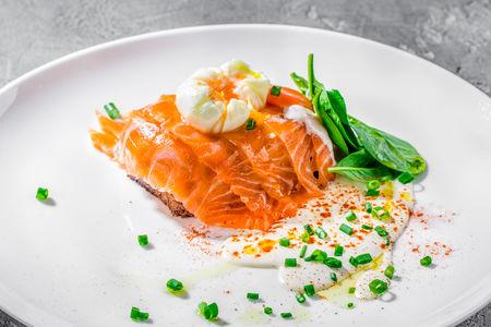 Яйцо Бенедикт cо слабосоленом лососем