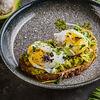 Фото к позиции меню Яйцо пашот с авокадо на тосте