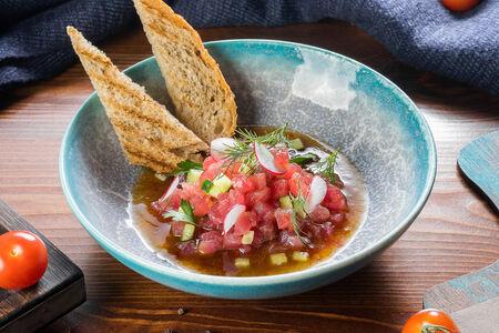 Тартар из тунца с огурцом и кунжутным соусом