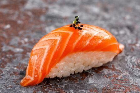 Нигири суши с лососем