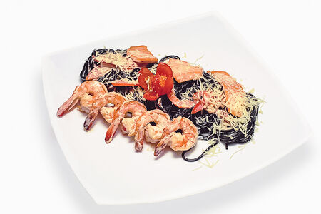 Спагетти с креветками и лососем