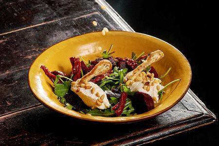 Салат с рукколой, свеклой, кедровыми орешками и творожным мусом