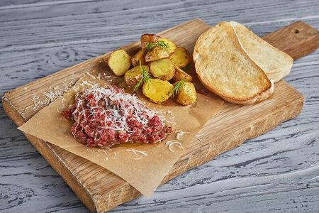 Тартар из говядины с теплым картофеем и чиабаттой