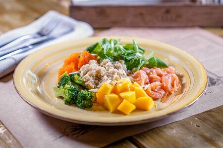 Боул-салат с лососем и киноа