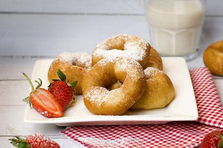 Пончики в сахарной пудре с клубничным топпингом