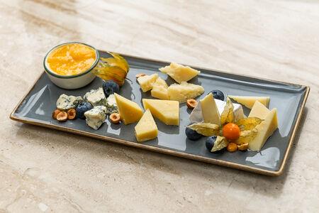Сырная тарелка с медом и голубикой