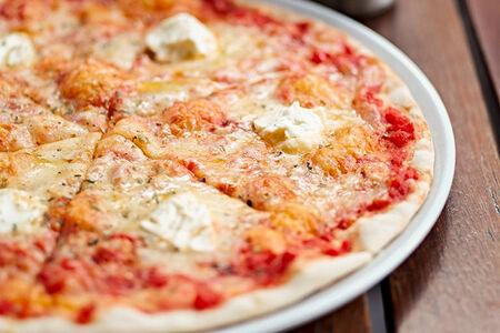 Пицца Четыре сыра на томатной основе