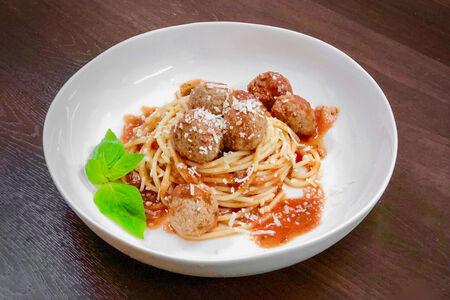 Спагетти с митболлами в томатном соусе