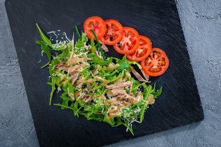 Салат с языком и рукколой в ореховом соусе
