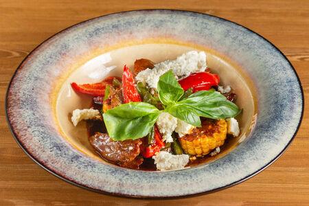 Салат с мраморной говядиной в соусе терияки