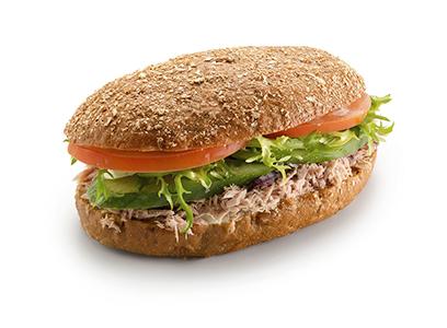 Сандвич на ржаном хлебе с тунцом