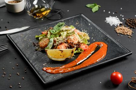 Теплый салат с семгой и креветками