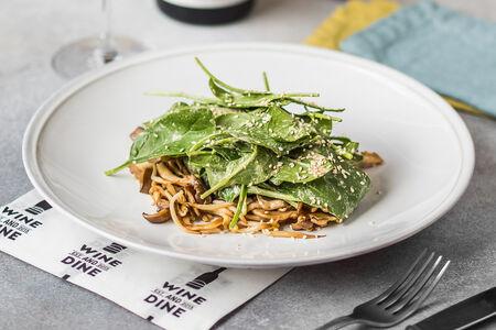 Теплый салат с вешенками и шпинатом