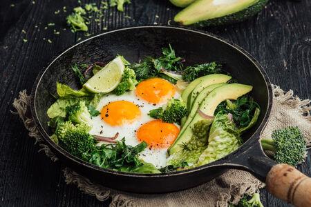 Яичница с пряной зеленью, авокадо и лаймом