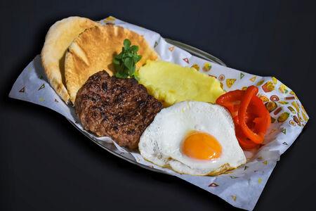 Рубленый бифштекс из говядины, картофельное пюре, болгарский перец и пита