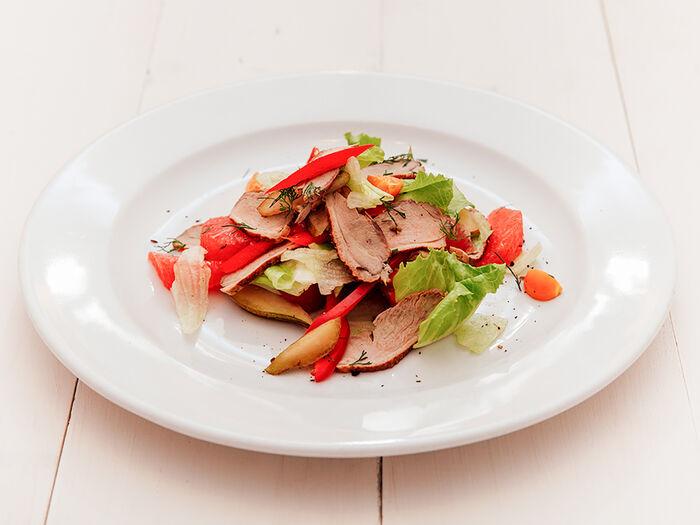 Салат Утиный с грейпфрутом и листьями салата