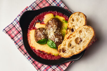 Митболы с томатным соусом и сыром
