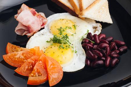 Яичница-глазунья с микс-салатом и тостом