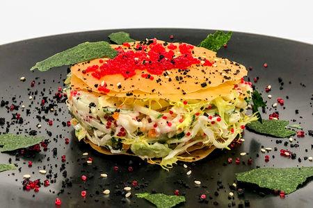 Салат с камчатским крабом, авокадо и икрой