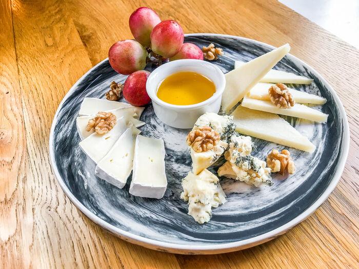 Сыр с виноградом