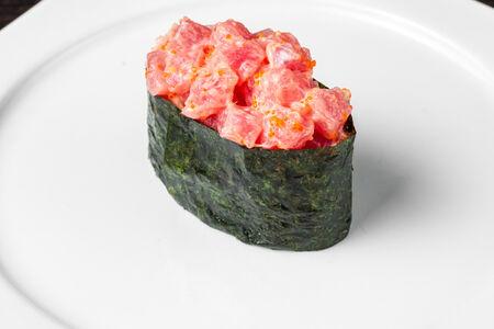 Острые суши тунец