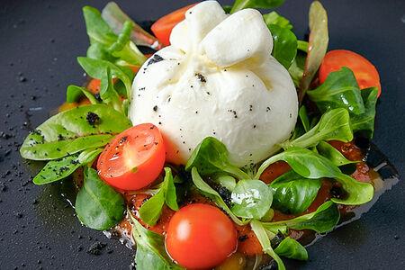 Буратта с томатным соусом и листьями салата