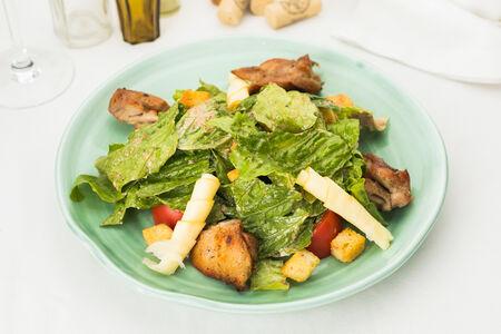 Листья салата с кусочками курицы