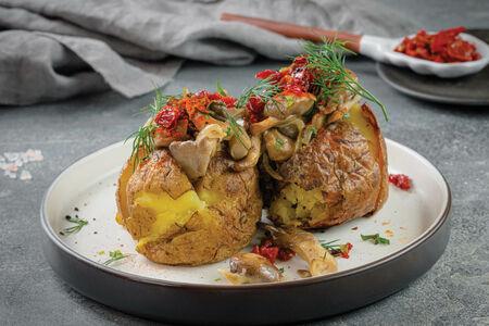 Картофель печеный с грибами и сметаной