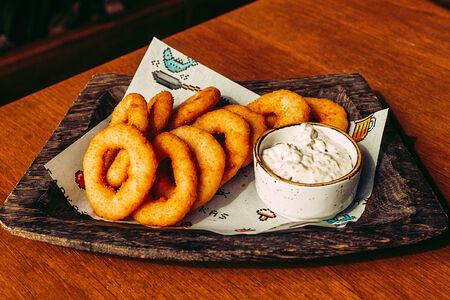 Луковые кольца в кляре с соусом тар-тар