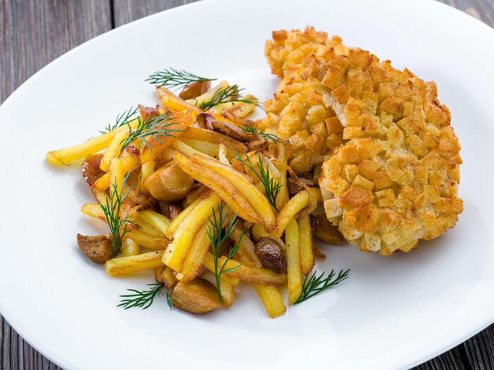 Котлета Пожарская с жареным картофелем и белыми грибами
