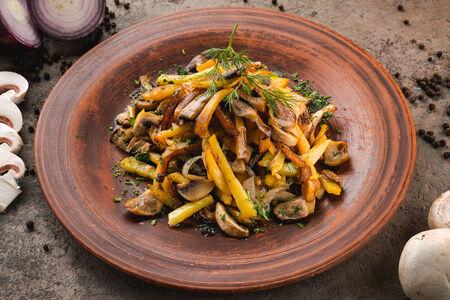 Жареный картофель с грибами и подкопченной сметаной