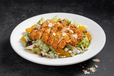 Куриный салат с миндалем