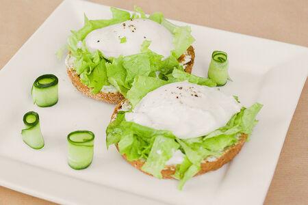 Зеленый салат с яйцом пашот на брускетте