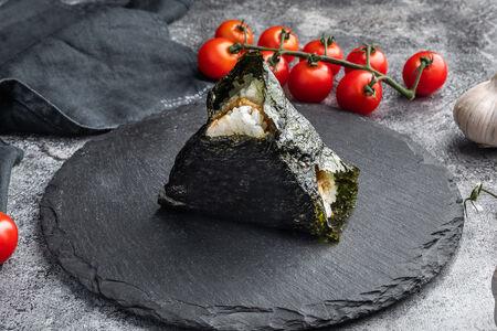 Пирожок японский Онигири с курицей терияки