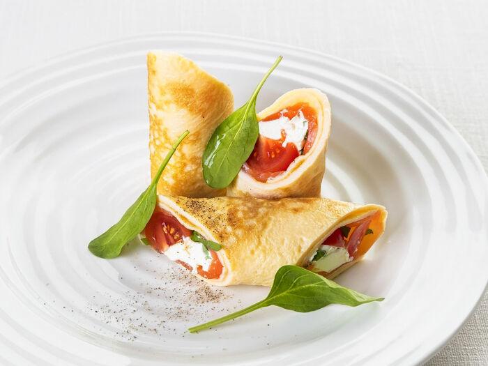 Яичный ролл с мягким сыром и лососем