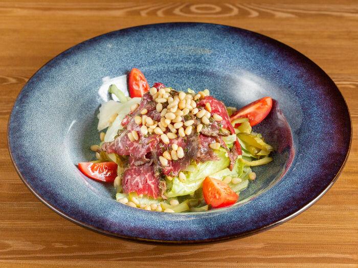 Салат с ростбифом и кедровыми орехами