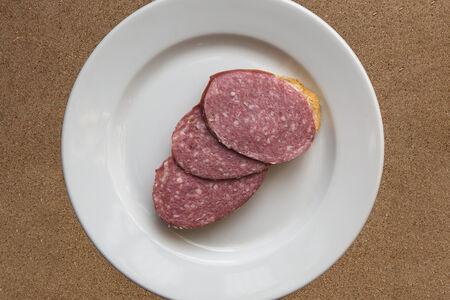 Бутерброд с копченой колбасой