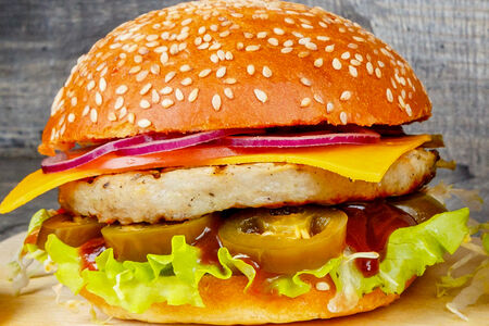 Бургер с халапеньо и куриной котлетой