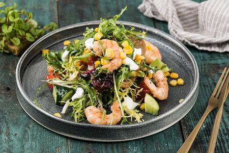 Салат с креветками и чипсами из черной чиабатты