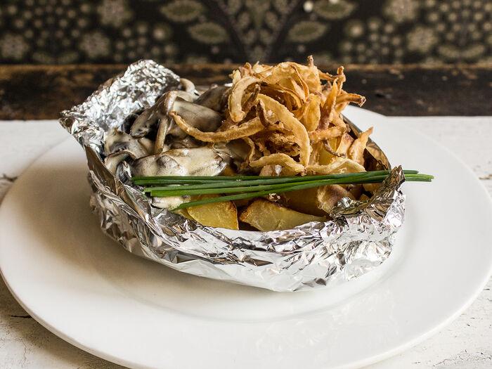 Запечённый картофель со сметаной и грибами