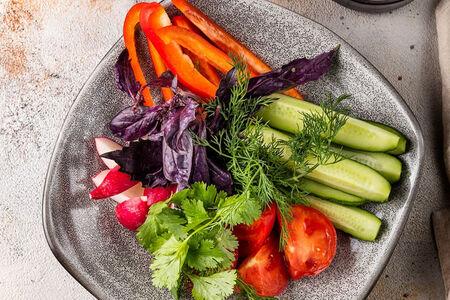 Овощи и зелень со сметаной и аджикой