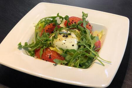 Грин-салат с яйцом пашот и соусом айоли