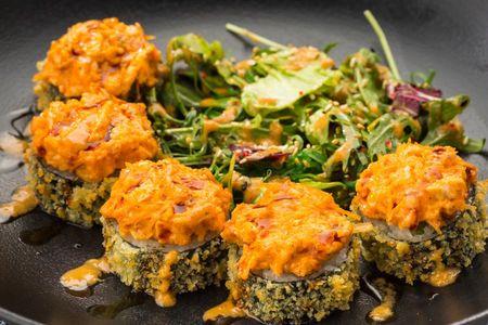 Ролл Темпура с жареной курицей и салатным миксом
